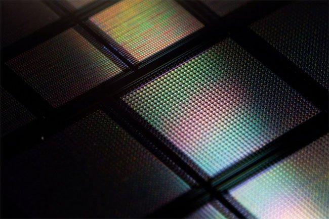 Mỗi chấm nhỏ trong con chip là rất nhiều bộ não nhân tạo, chúng kết nối với nhau tạo nên sức mạnh rất lớn.