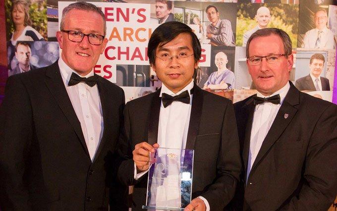 GS Dương Quang Trung (giữa) nhận giải thưởng Vice-Chancellors Research Prize năm 2016.