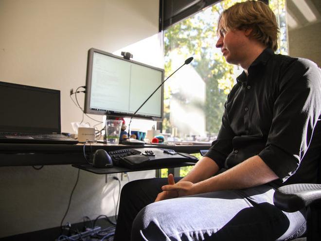 Không thể gõ phím vì bệnh hiểm nghèo, anh kĩ sư Google tự chế phần mềm nhận diện giọng nói, chỉ cần ra lệnh là máy tính tự viết code thay mình - Ảnh 1.
