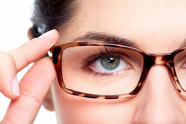 Đeo kính hoặc kính áp tròng mềm sẽ không làm thay đổi chỉ định độ cận của bạn.