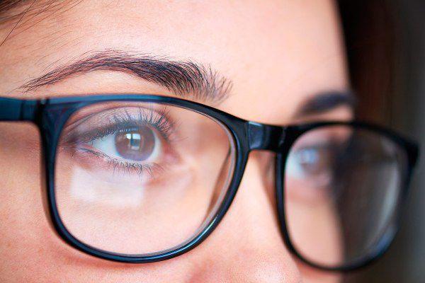 Khi không phải làm việc hoặc làm những việc đơn giản, các bác sĩ khuyên bạn nên bỏ kính để mắt được thư giãn.
