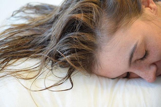 Tránh ngủ khi tóc còn ướt để bảo vệ mái tóc và làn da.