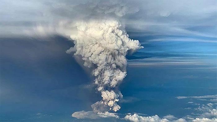 Cột tro bụi khổng lồ trong vụ phun trào núi lửa Taal vào hôm 12/1.
