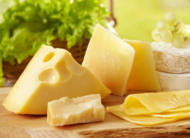 Phô mai chứa nhiều chất dinh dưỡng nhưng nên ăn hạn chế tránh béo phì.