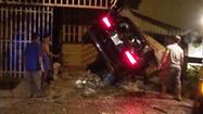 """Ôtô Mercedes """"san bằng"""" 3 nhà dân, 2 người thương vong"""