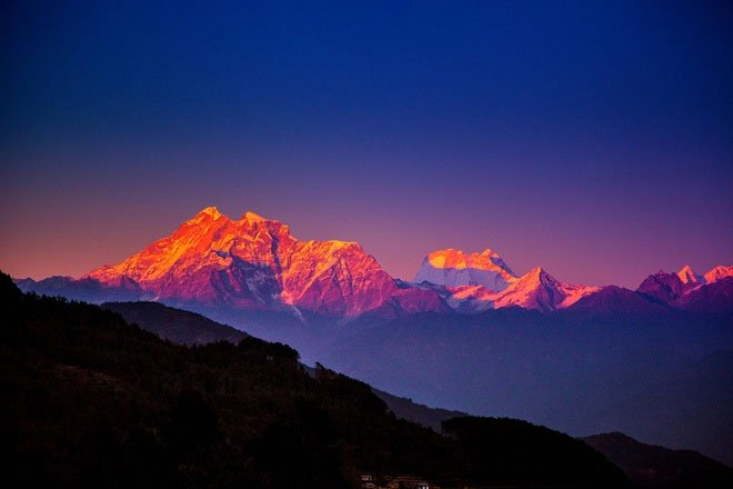 Lực đẩy từ những mảng kiến tạo bên dưới lòng đất là tác nhân chính khiến các dãy núi cao lên.