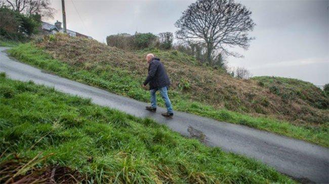 Một người leo bộ lên dốc Ffordd Pen Llech.