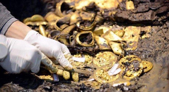 Các nhà khảo cổ học ngày 24 khai quật được 96 đồng vàng, 33 thỏi vàng móng ngựa, 15 thỏi vàng móng hươu, 20 tấm vàng.