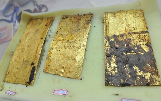 Mỗi tấm vàng dài khoảng 23cm, rộng khoảng 10cm, dày khoảng 0,3cm.