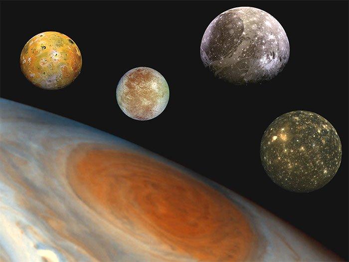 4 mặt trăng khổng lồ của Sao Mộc từ trái sang: Io, Europa, Ganymede, Calisto.