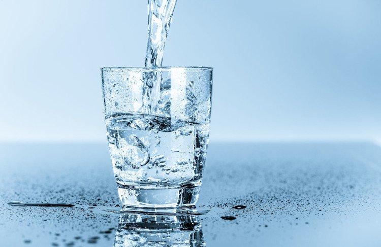 Uống nước trước khi ăn giúp cơ thể hấp thu dinh dưỡng từ thực phẩm dễ hơn.