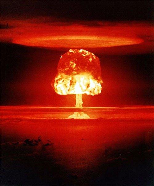 Đám mây hình nấm trong vụ nổ bom hạt nhân Romeo trên đảo Bikini.
