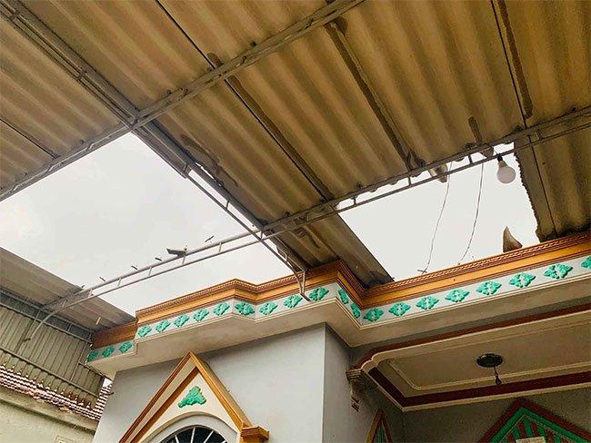 Gió giật làm rơi vỡ những tấm mái lợp nhà