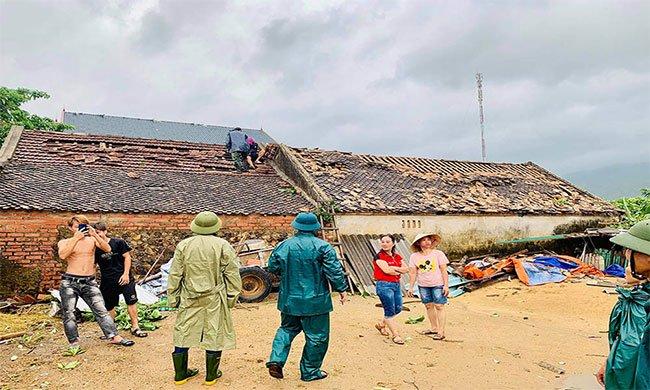 Chính quyền hỗ trợ bà con lợp lại mái nhà
