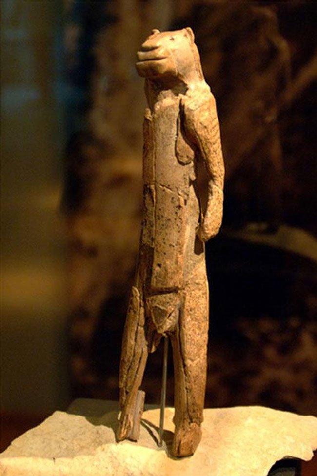 """Bức tượng """"Người sư tử"""" được ráp nối."""