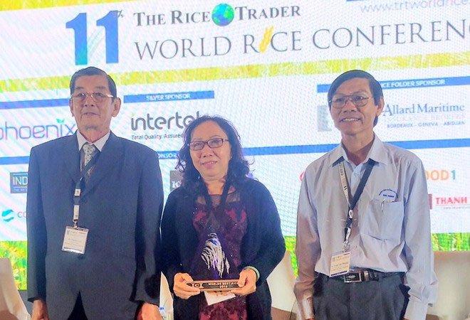 Ông Hồ Quang Cua (trái) cùng hai cộng sự nhận cúp Worlds Best Rice tại Philippines.