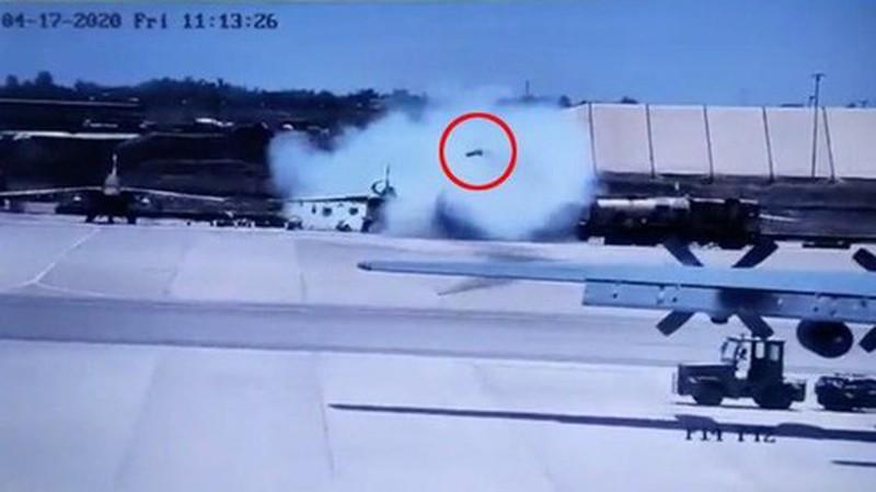 Tiem kich Su-25 dang dau bat ngo phong ten lua khien 4 nguoi chet