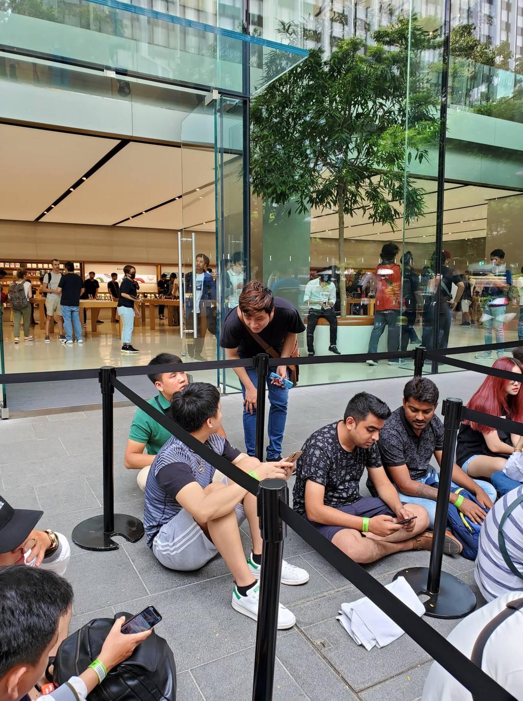 Quang cảnh xếp hàng chờ mua iPhone 11 tại Singapore, 80% là người Việt ảnh 2