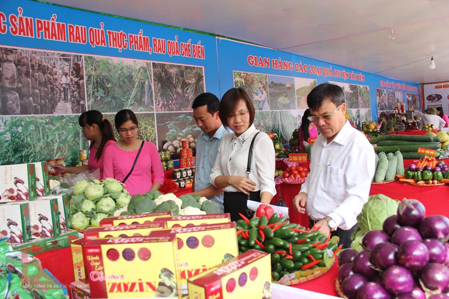 Gian hàng giới thiệu các sản phẩm nông nghiệp của Bắc Giang.