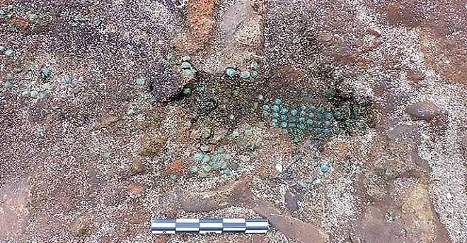 Những hạt thủy tinh màu xanh dùng làm đồ trang sức trong mộ.