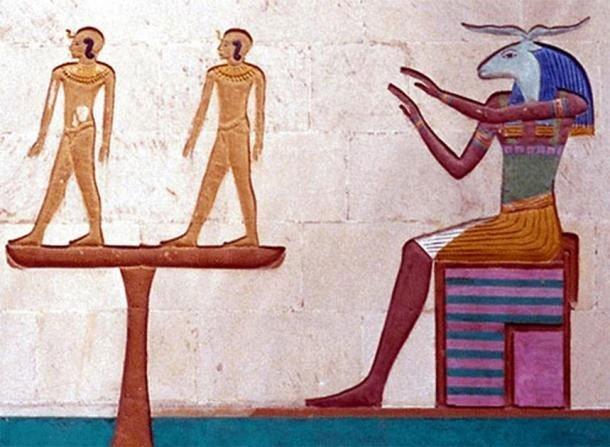 Thần Khnum được mô tả mang vóc dáng cơ thể của một người đàn ông với phần đầu cừu.