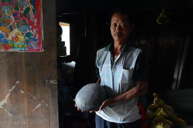 Người dân thường mang những quả trứng đá về nhà vì tin rằng chúng đem lại may mắn.