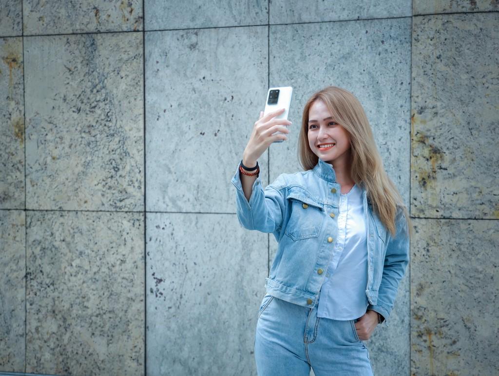 Người mẫu Phương Châu cá tính bên Galaxy S20 Ultra Trắng Tinh Vân ảnh 1