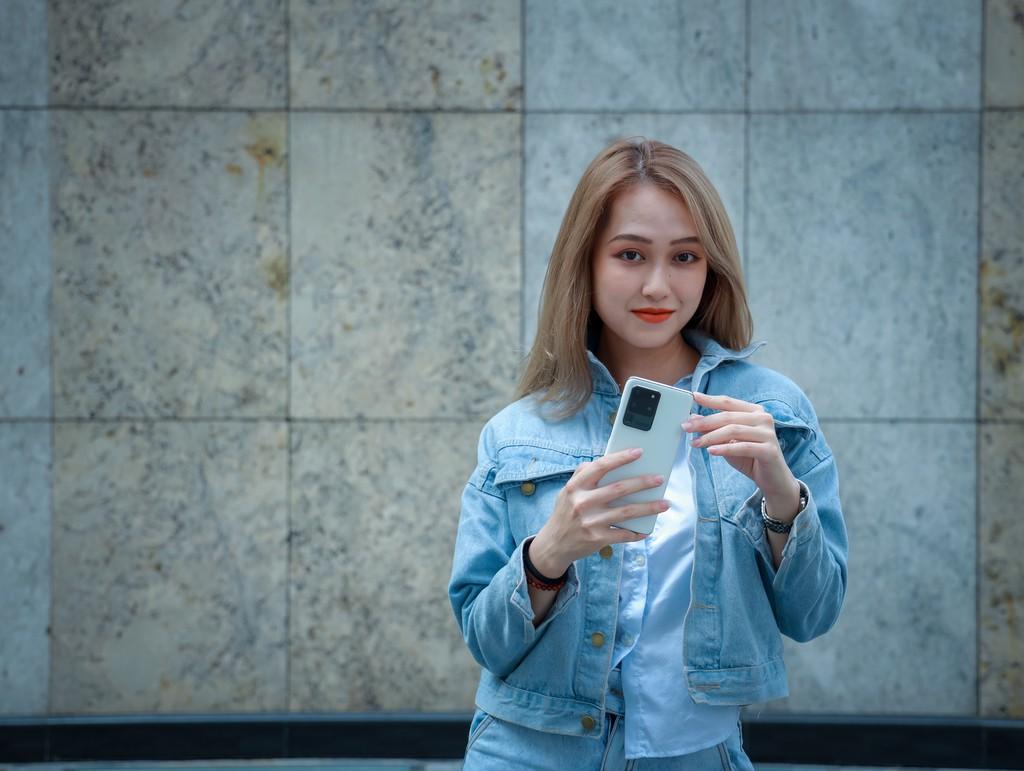Người mẫu Phương Châu cá tính bên Galaxy S20 Ultra Trắng Tinh Vân ảnh 2