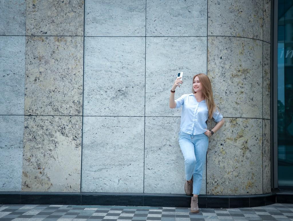 Người mẫu Phương Châu cá tính bên Galaxy S20 Ultra Trắng Tinh Vân ảnh 11