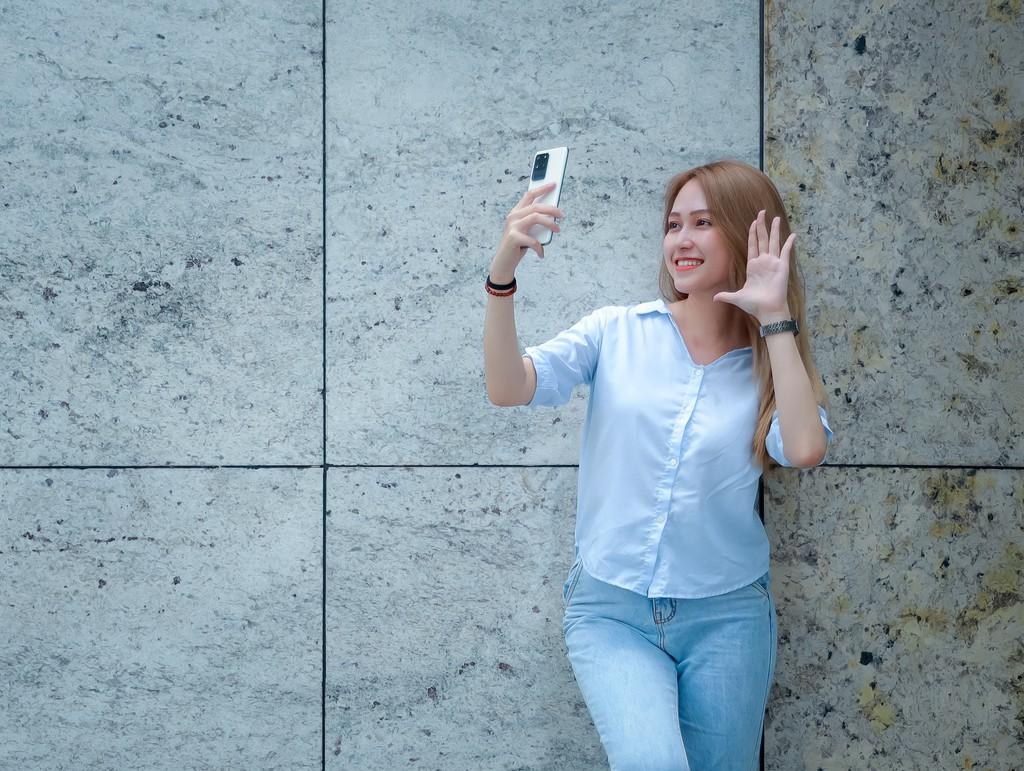 Người mẫu Phương Châu cá tính bên Galaxy S20 Ultra Trắng Tinh Vân ảnh 12
