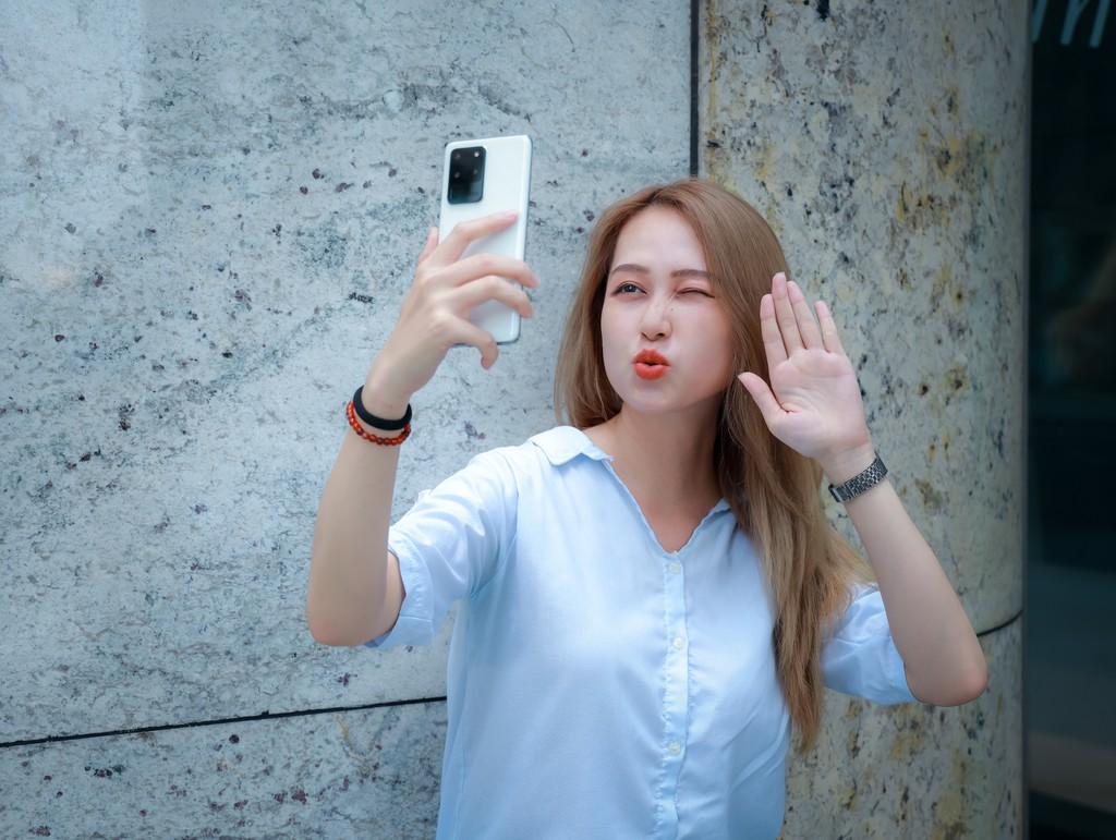 Người mẫu Phương Châu cá tính bên Galaxy S20 Ultra Trắng Tinh Vân ảnh 13