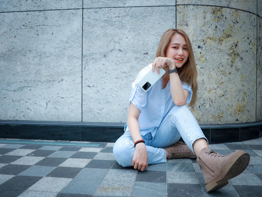 Người mẫu Phương Châu cá tính bên Galaxy S20 Ultra Trắng Tinh Vân ảnh 15