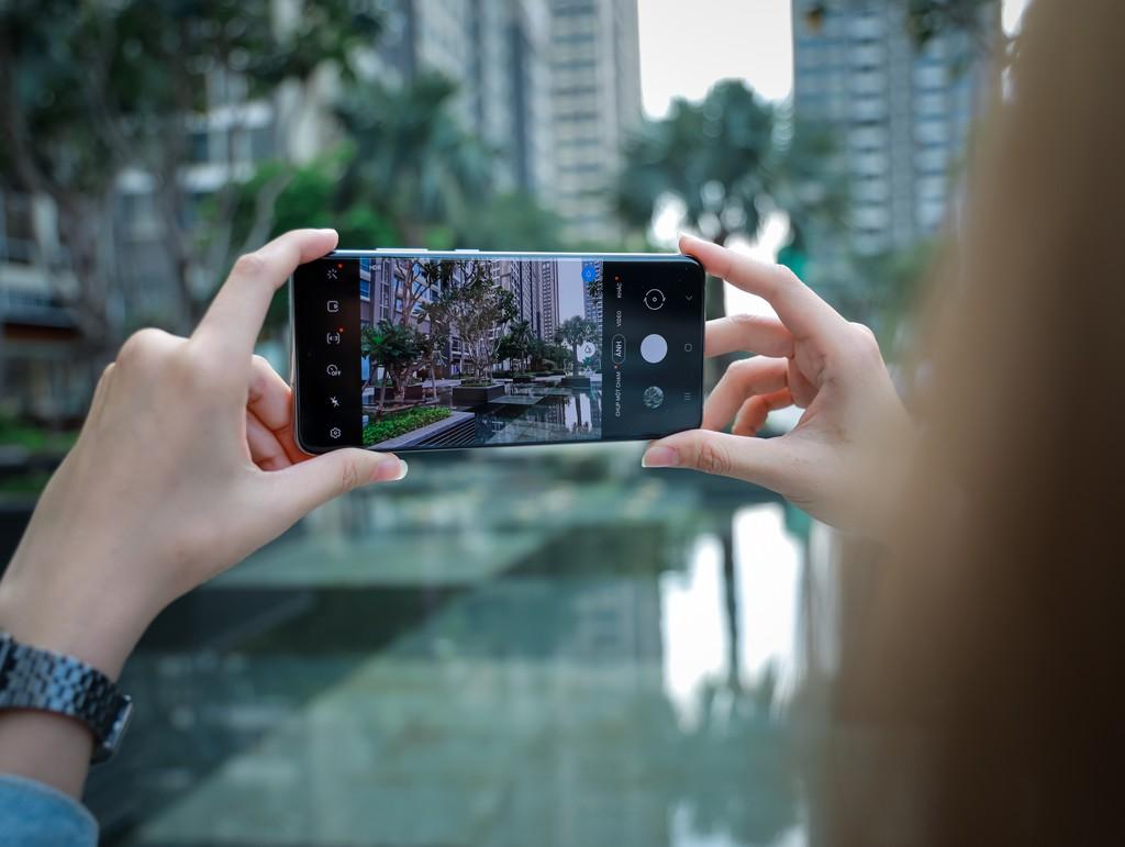 Người mẫu Phương Châu cá tính bên Galaxy S20 Ultra Trắng Tinh Vân ảnh 4