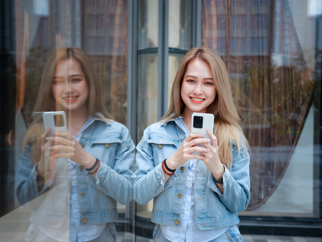 Người mẫu Phương Châu cá tính bên Galaxy S20 Ultra Trắng Tinh Vân ảnh 10