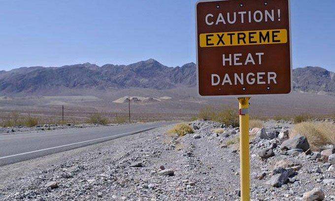 Biển cảnh báo nắng nóng ở Thung lũng Chết.