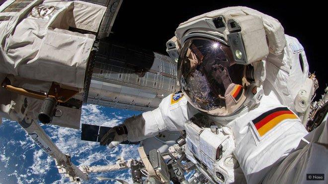 Thay thế pin bên ngoài trạm vũ trụ ISS không phải điều gì dễ dàng