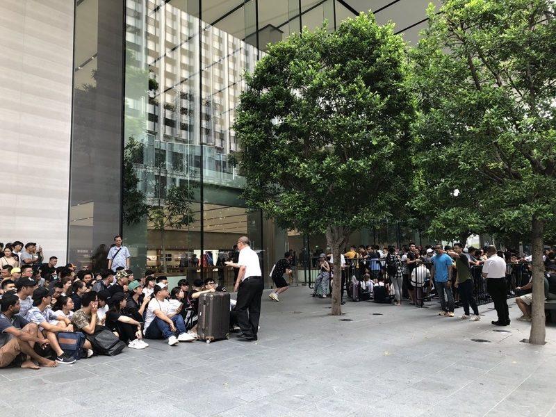 """Người Việt xếp hàng mua iPhone tại Singapore: Không chỉ vì """"đam mê"""""""