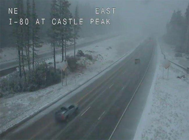 Tuyết rơi dọc đường xa lộ liên bang 80.