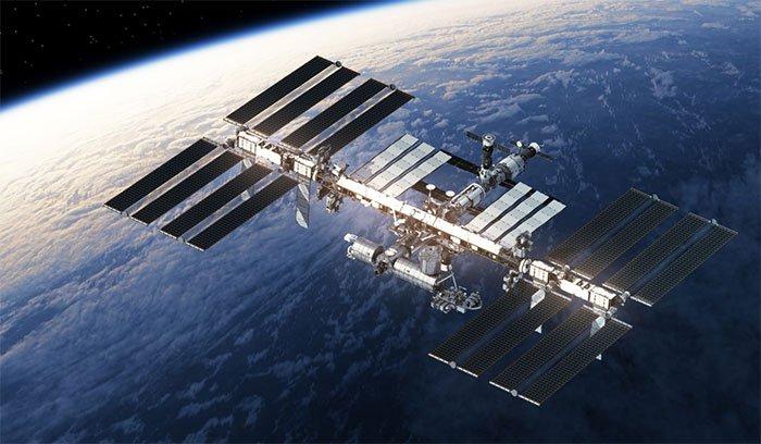 ISS dài 109 mét, rộng 75 mét, tức là tương đương với một sân bóng đá.