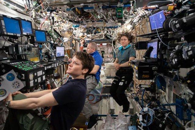 Bên trong một phòng thí nghiệm trên ISS.