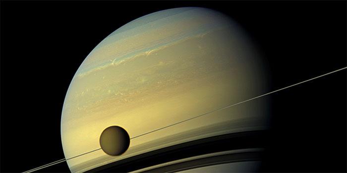 Hình ảnh sao Thổ và vệ tinh Titan do tàu vũ trụ Cassini của NASA chụp ngày 31/8/2012.