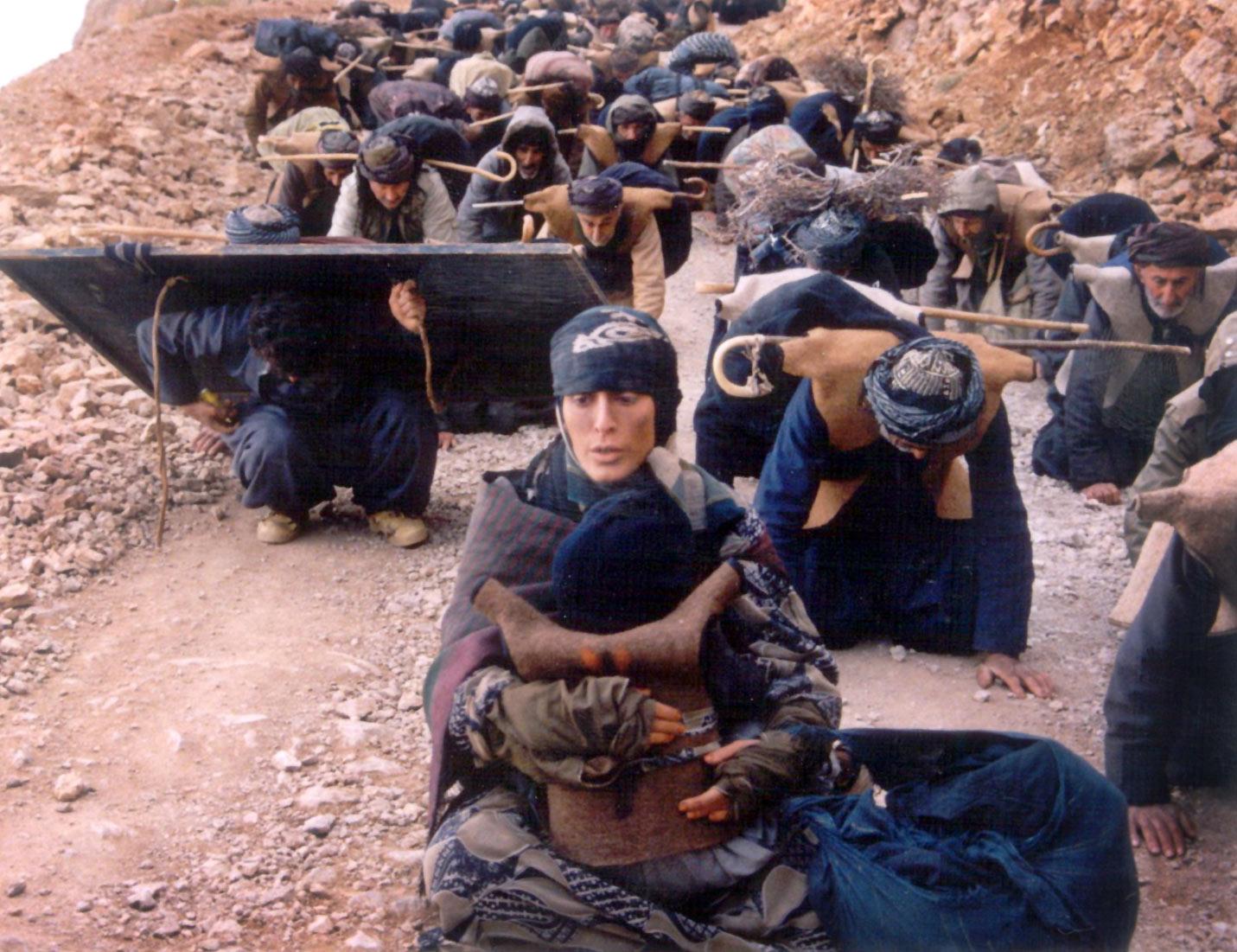 Một cảnh trong phim Blackboards (Những tấm bảng đen, 2000) của nữ đạo diễn người Iran Samira Makhmalbaf. Nguồn: INT