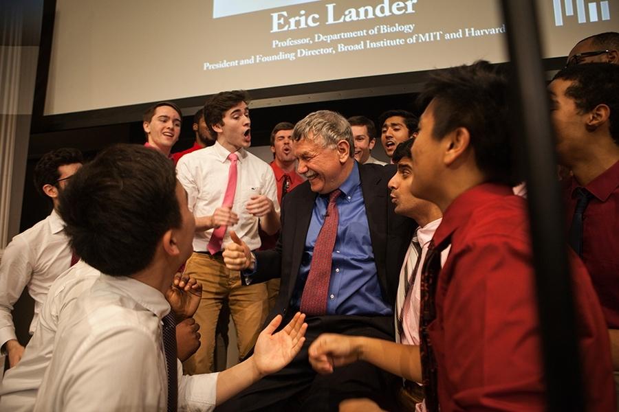 Eric Lander cùng các sinh viên MIT trong một bài giảng của ông vào năm 2017. Ảnh: news.mit.edu