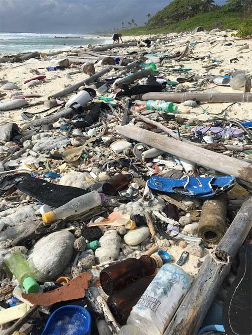 Lượng rác khổng lồ tích tụ trên một bãi biển thuộc quần đảo Cocos thuộc Úc
