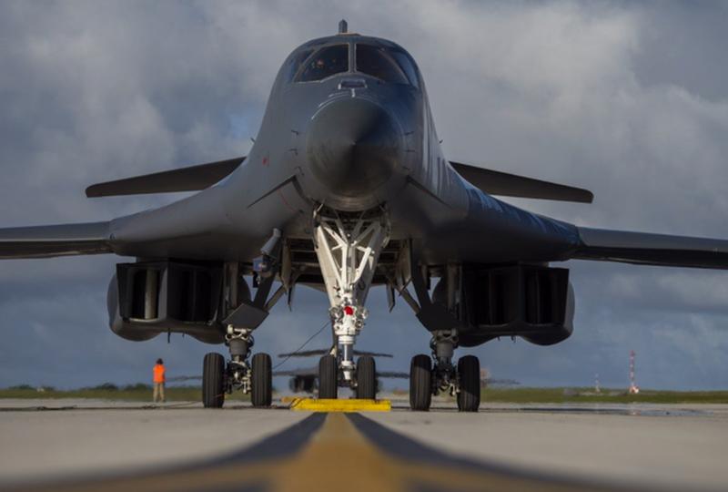 My dua may bay nem bom B-1B Lancer toi gan Trung Quoc