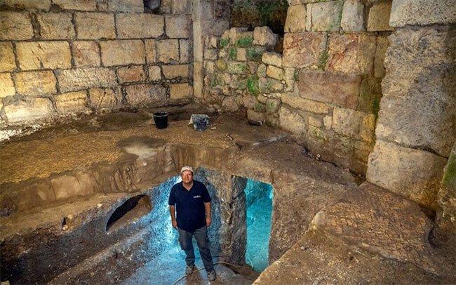 Tiến sĩ Barak Monnickendam-Givon đứng dưới tòa nhà Beit Strauss, Jerusalem