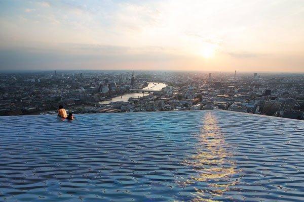 Bơi trên nóc tòa nhà