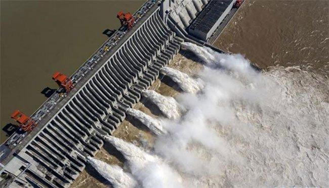 Ảnh chụp trên không ngày 2-8-2020 cảnh đập Tam Hiệp, tỉnh Hồ Bắc, miền trung Trung Quốc xả nước