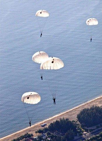 Học viên không quân thực hành nhảy dù từ máy bay trực thăng.
