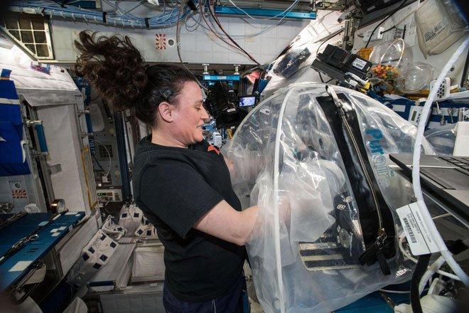 Các nhà nghiên cứu thử nghiệm trộn xi măng trên Trạm Vũ trụ Quốc tế ISS.